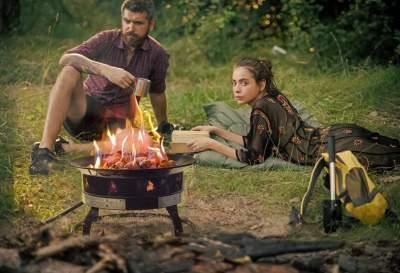 campingusing firepit